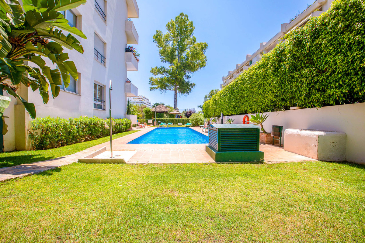 Magnificent apartment in Guadalmina Alta, first line golf. Excellent qualities and decorated in a mo, Spain