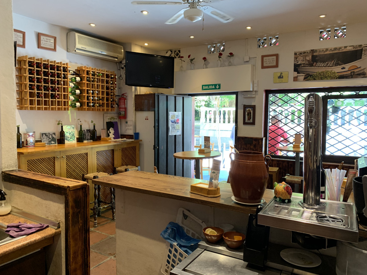 TRANSFER OF BUSINESS LEASE - Bar / Cellar in the heart of Marbella operating for many years, a well ,Spain
