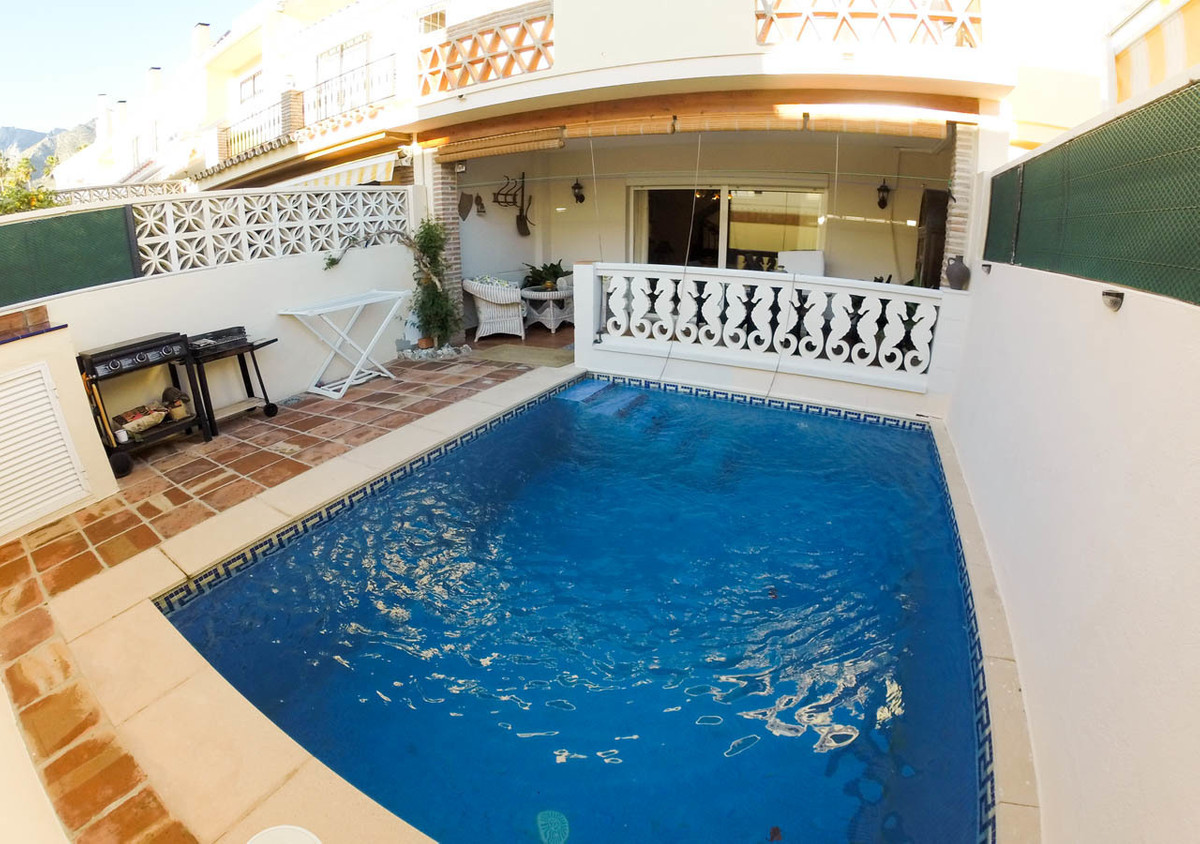 Wonderful townhouse in Marbella with pool 4 bedrooms. We offer you this fantastic townhouse in Marbe, Spain