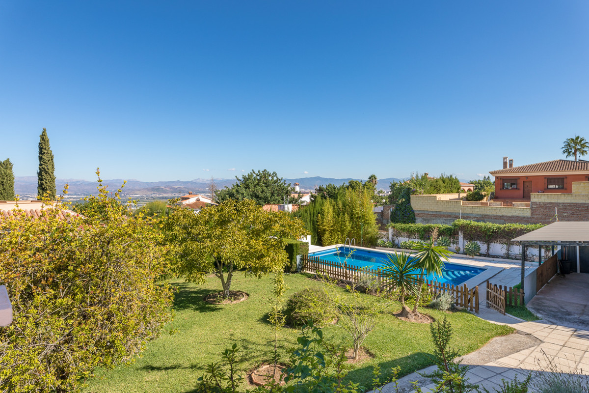 AMAZING independent villa in the best area of ??Alhaurin de la Torre, very large plot where you can , Spain