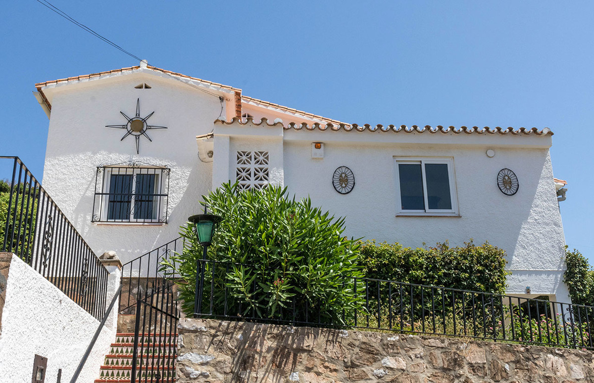 Fabulous south-west facing villa in Torreblanca with sunning views over the sea. The property has th, Spain