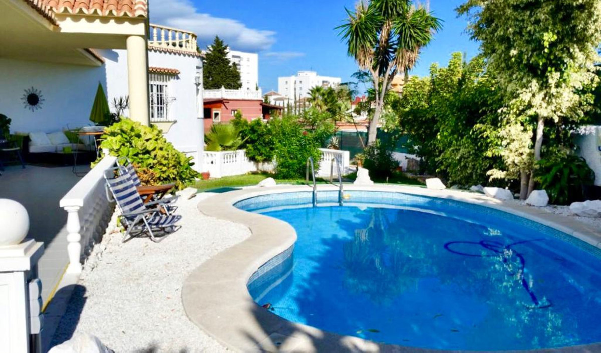 A beautiful and spacious independent villa of 5 bedrooms, situated in an emblematic area of Benlmade,Spain