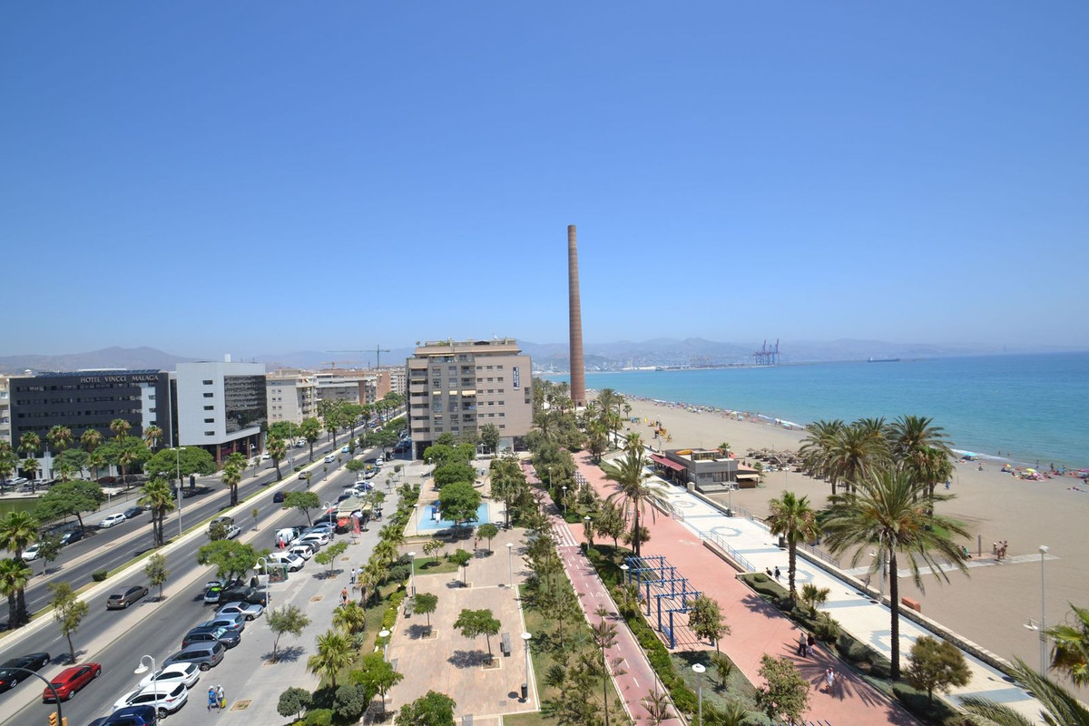 Spectacular flat in front of the beach !!!. Located on Avenida del Pacifico, with 4 rooms converted ,Spain