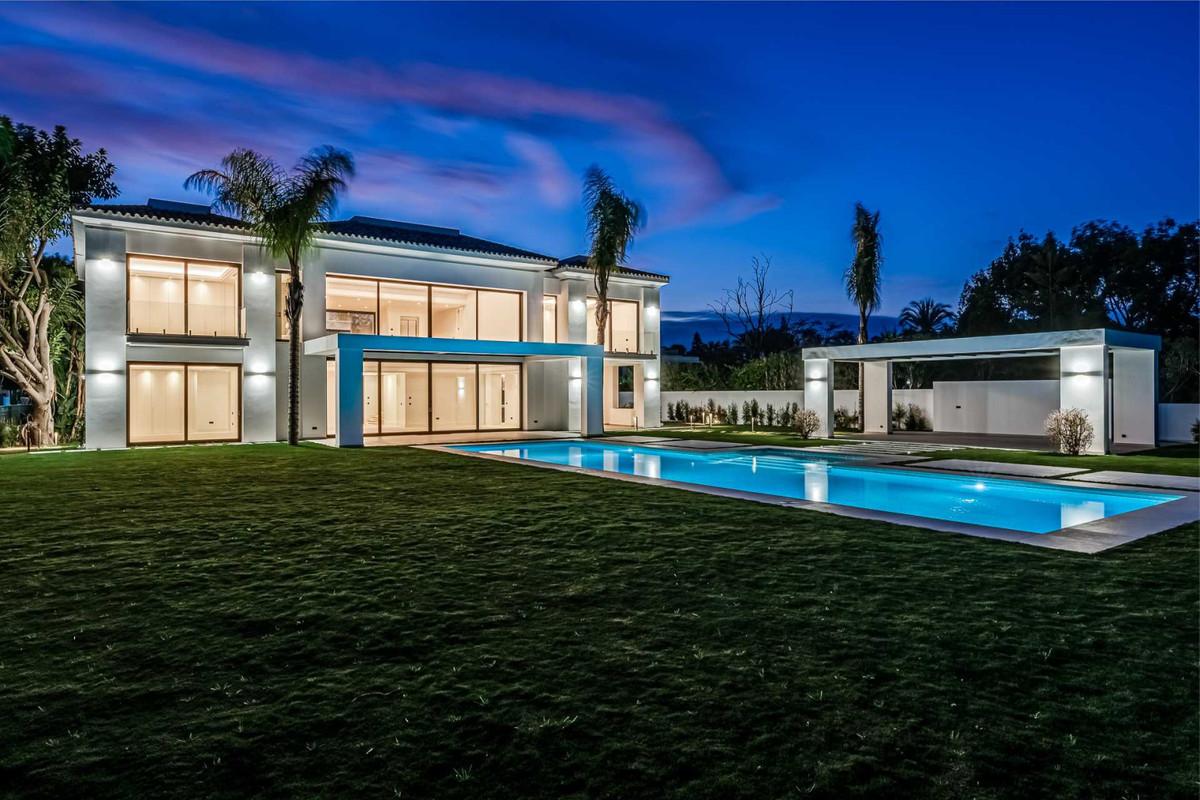 Villa for Sale in Guadalmina Baja - R3799921