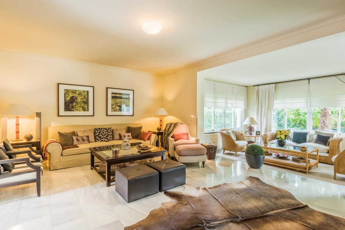 Villa zum Verkauf in New Golden Mile – R3836671