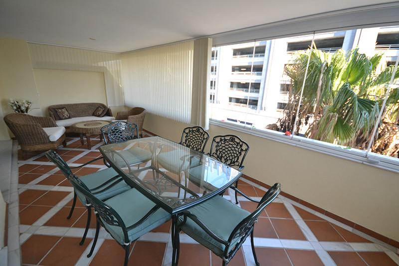 Apartamento Planta Media  en venta en  Puerto Banús, Costa del Sol – R2804921