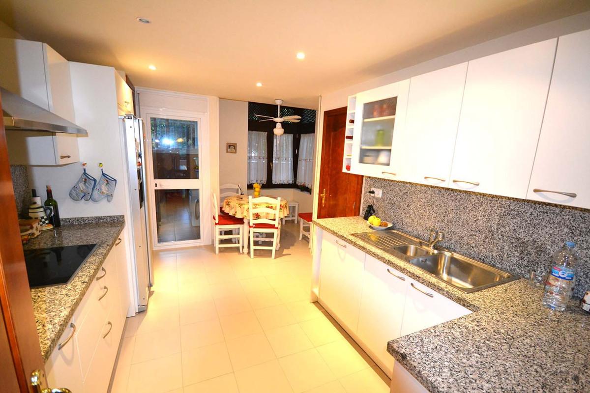Villa - Chalet  en venta en  Marbella, Costa del Sol – R2533931