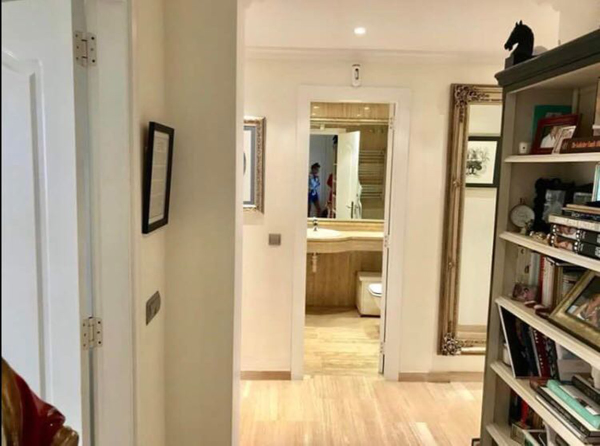 Апартамент средний этаж  продается в  Nueva Andalucía, Costa del Sol