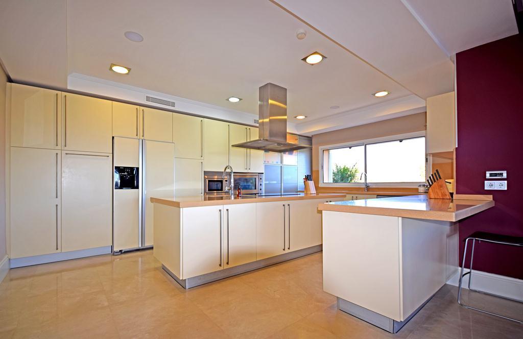 Villa - Chalet  en venta en  Altos de los Monteros, Costa del Sol – R3107795
