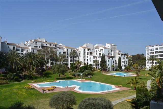 Apartamento Planta Media  en alquiler en  Puerto Banús, Costa del Sol – R791539