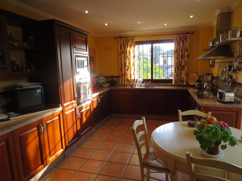 Villa en Venta en Guadalmina Alta – R2046836
