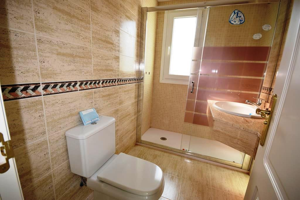 Middle Floor Apartment  for sale in  Aloha, Costa del Sol