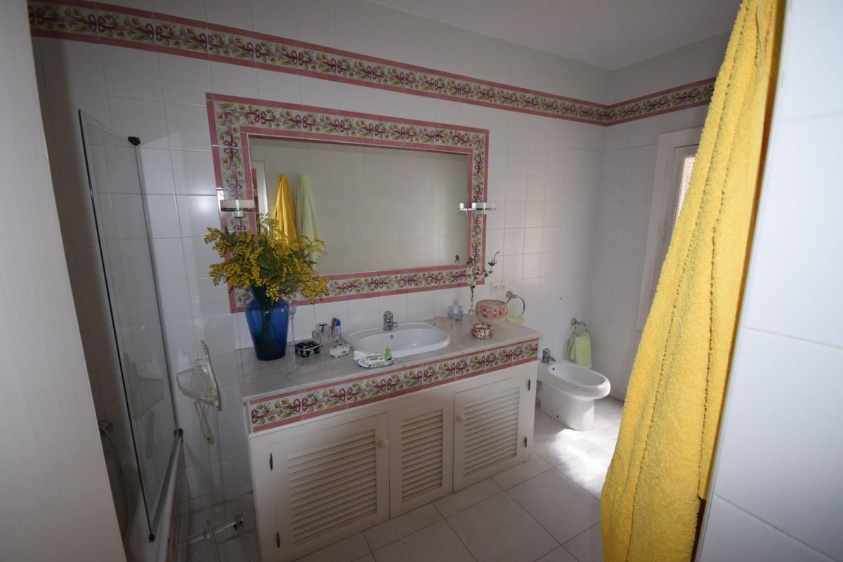 Villa - Chalet  en venta en  Marbella, Costa del Sol – R3414802