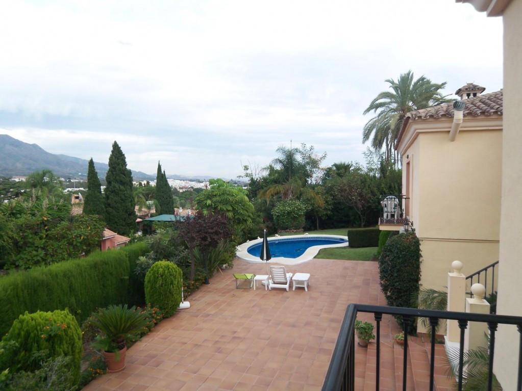 Villa en Venta en Nueva Andalucía – R2068922