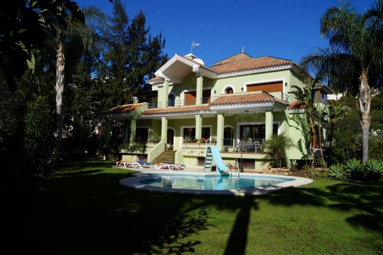 Nice Villa immaculately presented, located in El Paraiso, a quiet residential area with a short 10 m,Spain