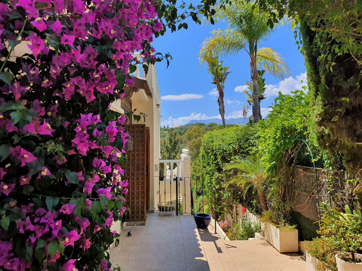 West facing, with stunning views, this villa has 5 bedrooms and 5 bathrooms. All bedrooms upstairs h,Spain