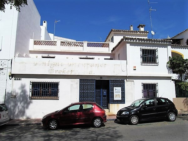 DON´T MISS OUT ON A RARE OPPORTUNITY IN CENTRAL SAN PEDRO!!!  This townhouse in the centre of San Pe,Spain