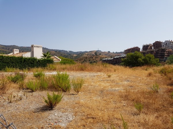This plot of 1274m² is located in Santa Maria Golf, Elviria. It is a flat plot with lovely mountain ,Spain