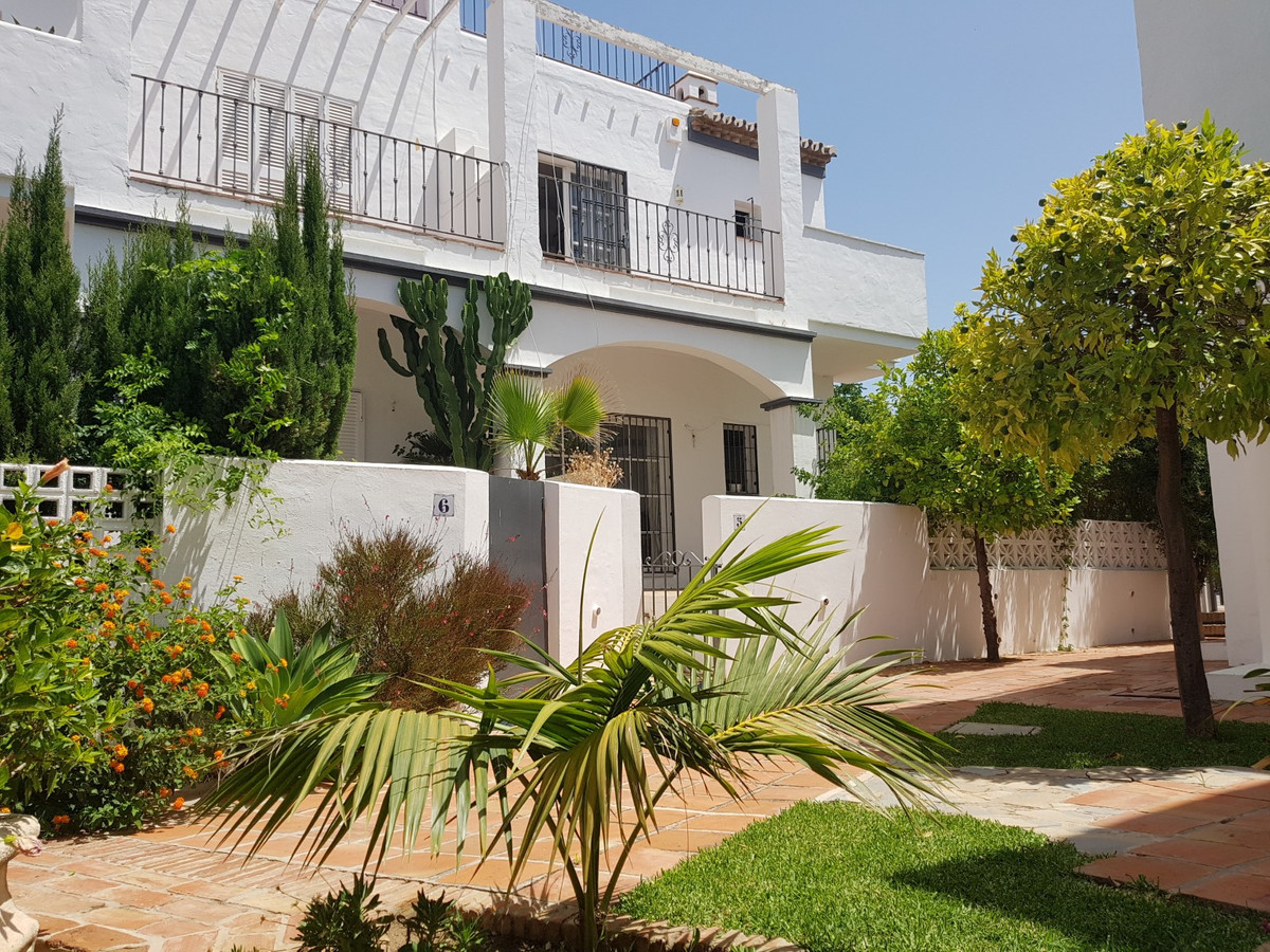 Corner townhouse in Rodeito area, very close to Puerto Banus and walking to the beach, very quiet co,Spain