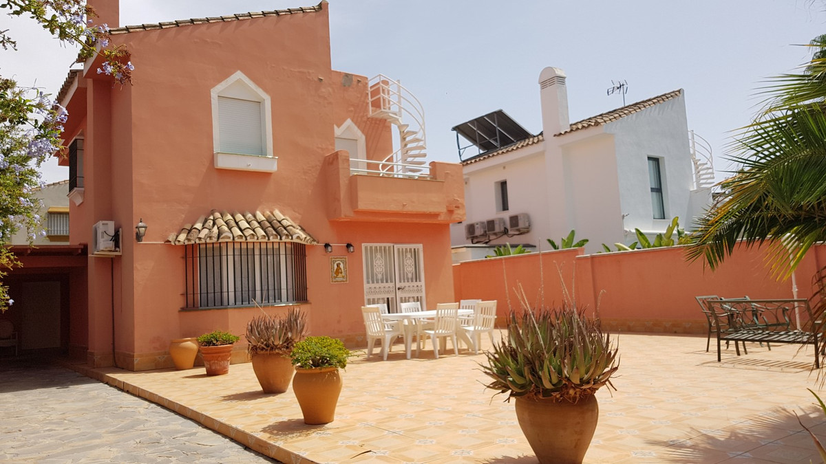 Beautiful villa with 3 bedrooms and 3 bathrooms (2 full and1 toilet), located in the area of Atalaya, Spain