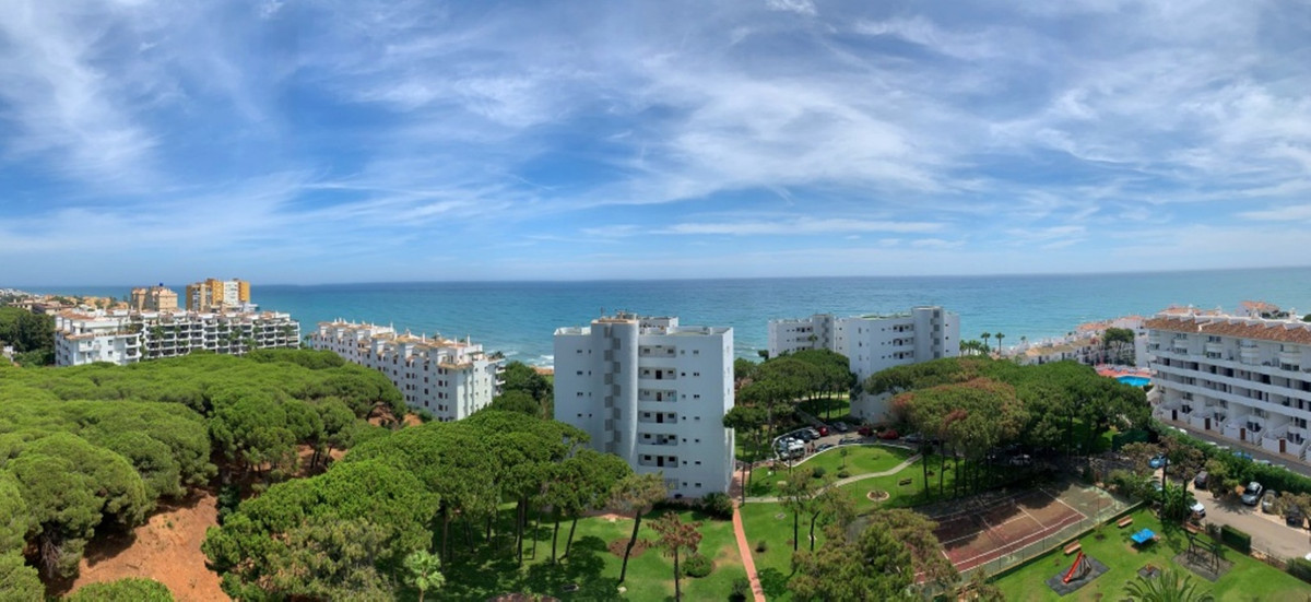 Larger than average 1 bedroom apartment located on a beachfront development in Calahonda with stunni, Spain