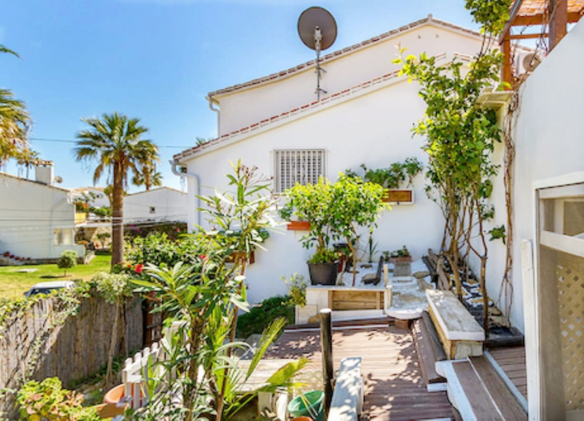 ABSOLUTELY CHARMING one bedroom townhouse, situated within very easy walking distance of La Cala de , Spain