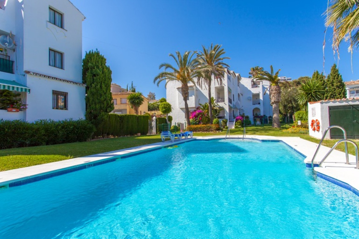 This is a beautifully presented top floor apartment located in lower Riviera del Sol in a quiet cul , Spain