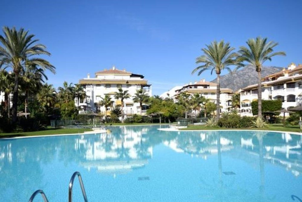Beautiful and bright apartment in very good condition, with large pool and tropical gardens and very,Spain