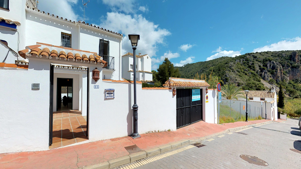 !!Price reduced!! Beautiful townhouse in Benahavis town just a few meters from all services. Divided,Spain