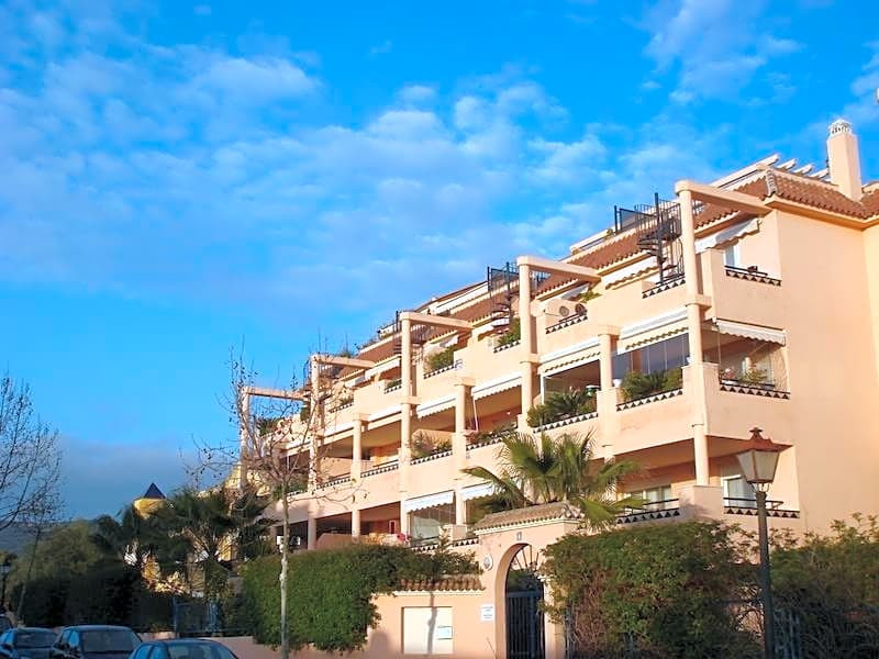This flat is located in 29604, Marbella, Malaga, situated in the district of Ricmar/Elviria. It has , Spain