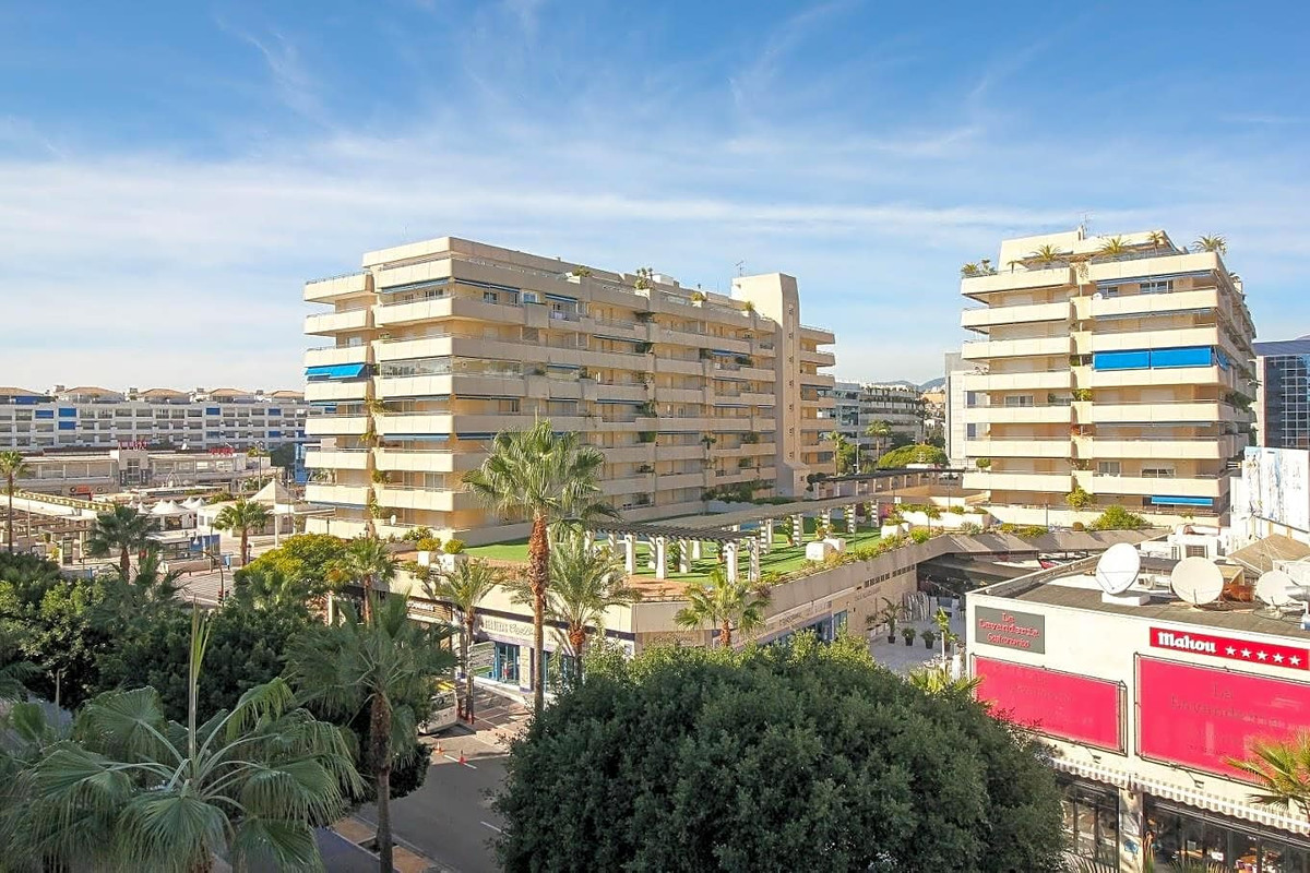 This flat is located in Marbella, Malaga, on the 3rd floor. It is a furnished apartment, built in 19 Spain