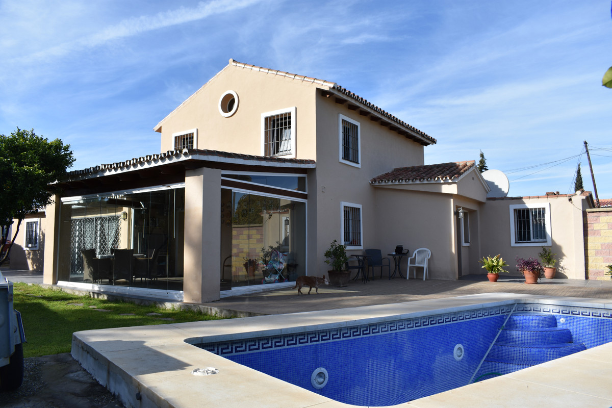 Fantastic Location!!! 5 bedroom large villa sitting in a great plot that is walking distance to San ,Spain