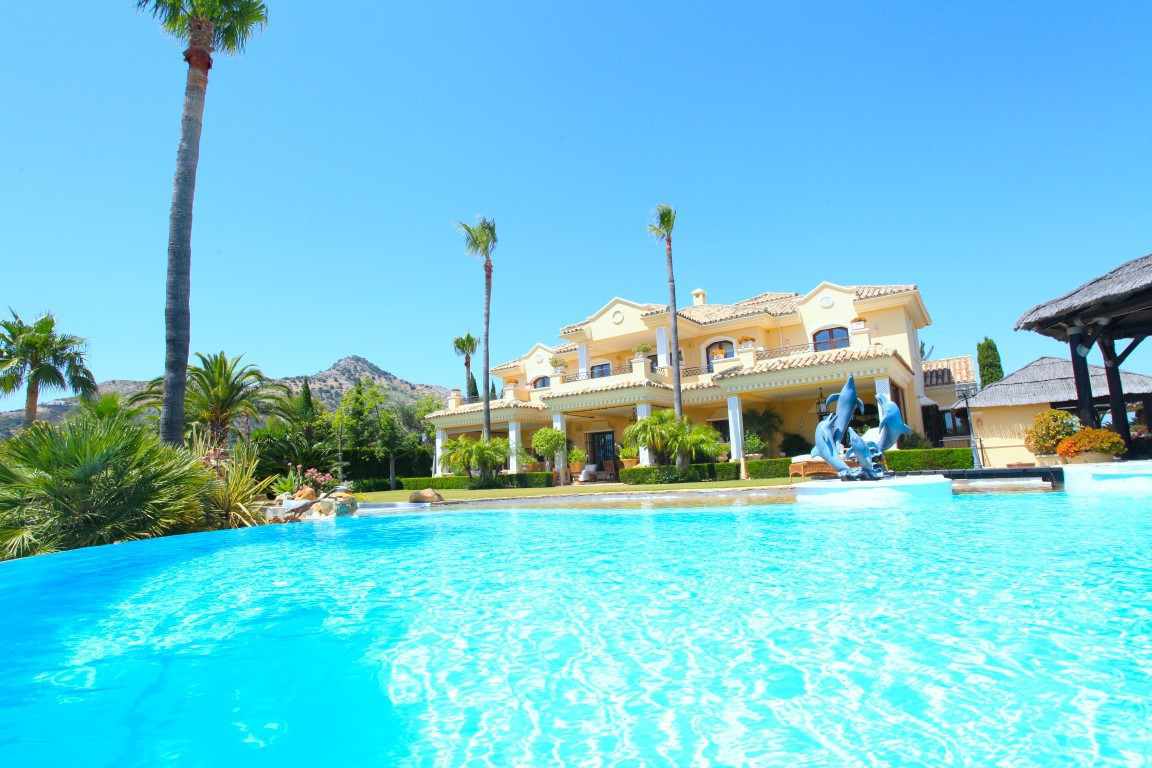 HUGE REDUCTION FROM €3.95M TO €2.95M!! Magnificent villa set in the exclusive Marbella Club Golf Res,Spain
