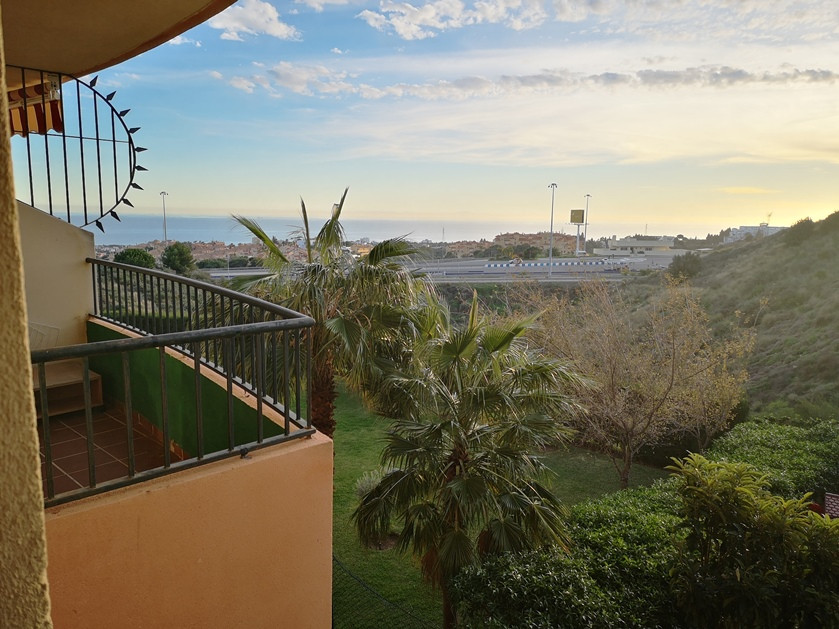 Duplex for sale in the area of ??Riviea del Sol, good access to the highway and all directions. UrbaSpain