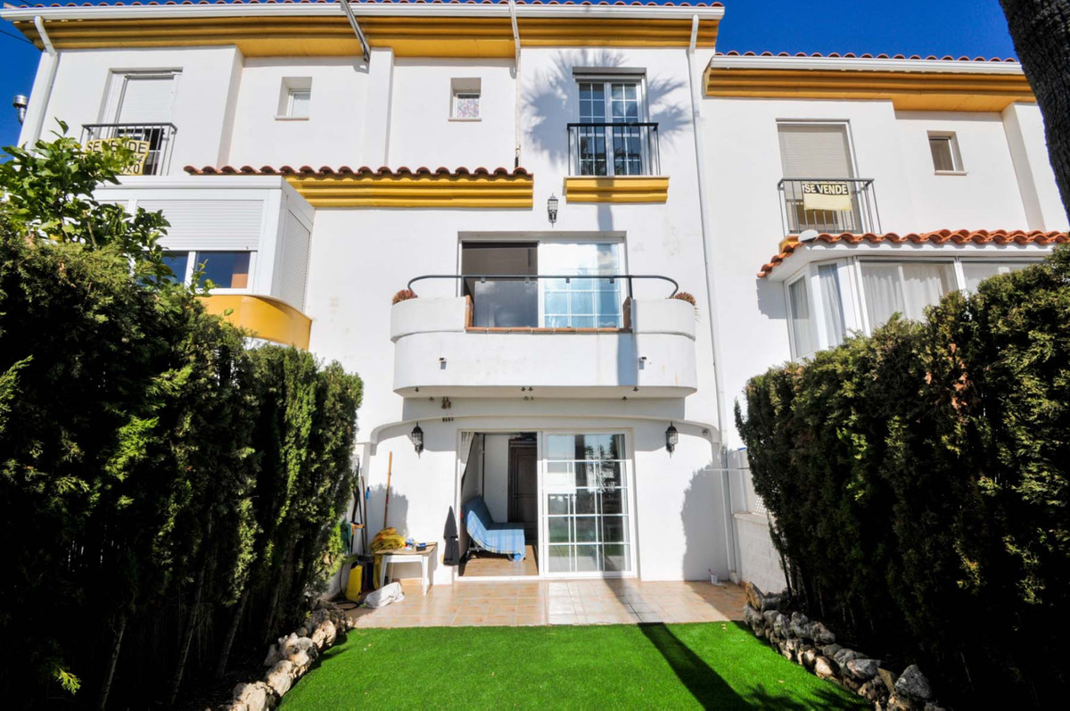 Beautiful townhouse with 4 bedrooms and 2 bathrooms, garage for 2 vehicles, garden and storage room,, Spain