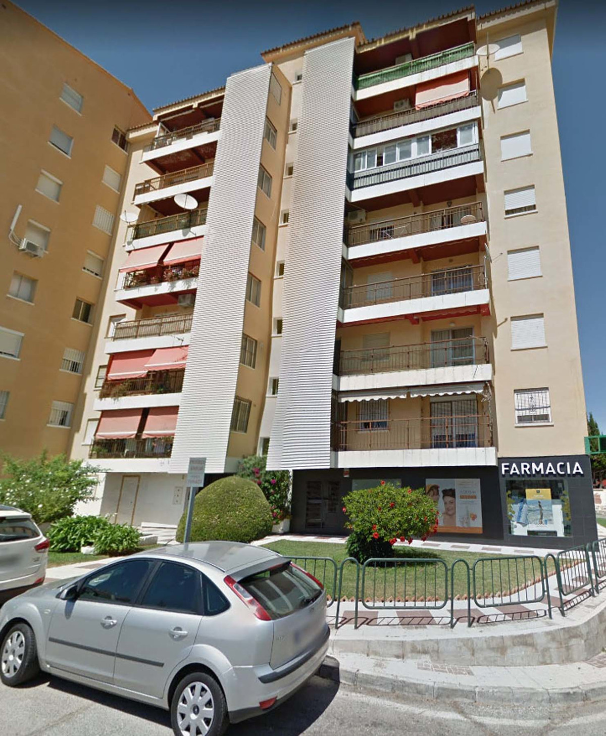 A three bedroom, 1.5 bath 2nd floor apartment with lift.  Set in a quiet residential area on the Ben,Spain