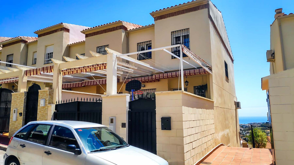 Fantastic 4 bedroom Townhouse with stunning views!   This semi-detached house is distributed into 3 ,Spain