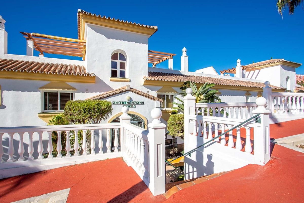 Fantastic west facing 2 bedroom, 2 bathroom apartment situated in the popular urbanisation Mediterra, Spain