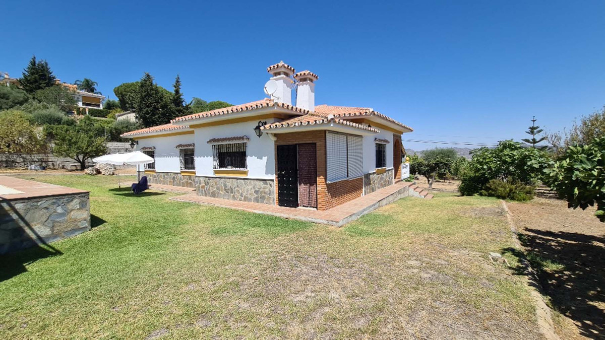 Beautiful 4 bedroon villa in large plot for sale in Pinos de Alhaurin   Located in the Urbanization ,Spain