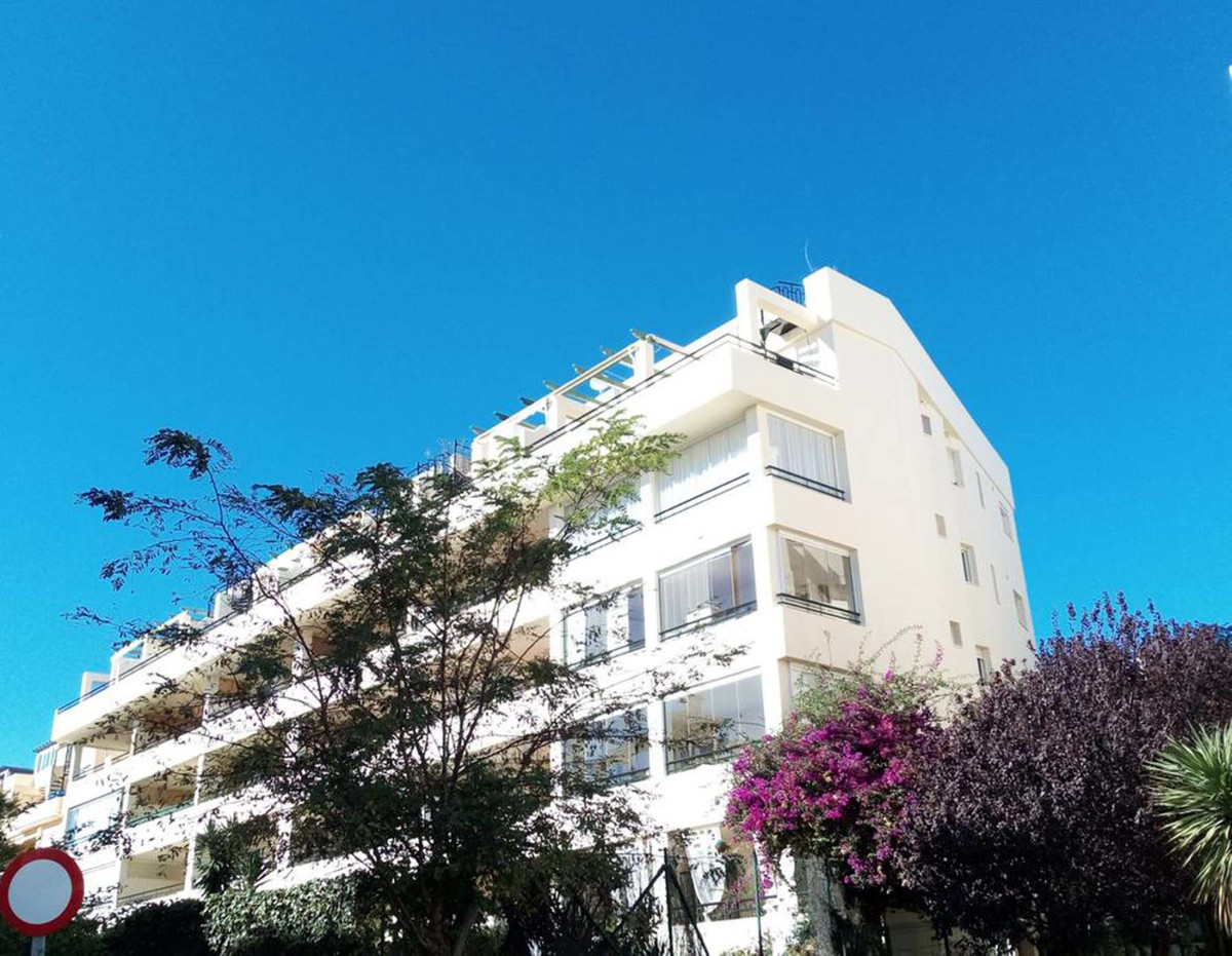 Lovely south facing penthouse situated within a quiet well located complex. Walking distance to the ,Spain