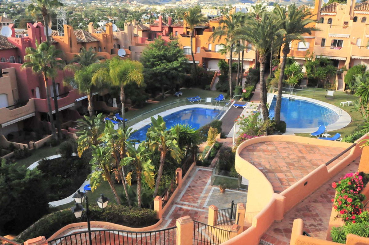 This cozy 3 bedroom townhouse is located Nueva Andalucia  in a very peaceful and quiet urbanisation , Spain