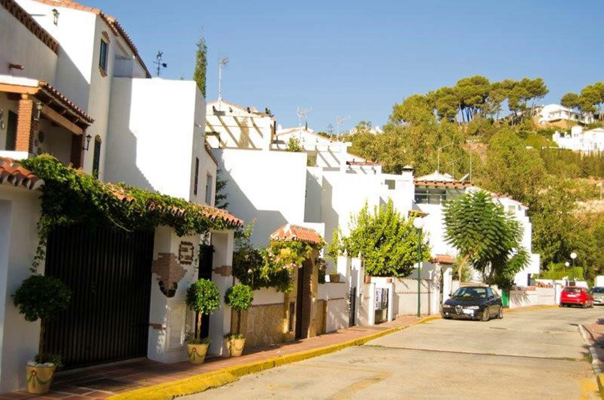 Fantastic three bedroom townhouse in the luxurious area of ??Sierrezuela.  This incredible Townhouse,Spain