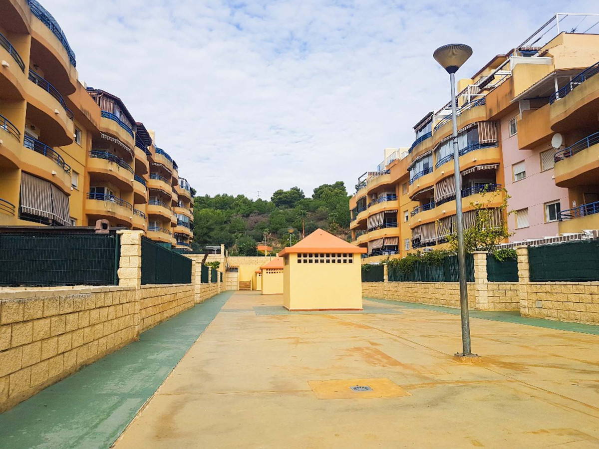 Fantastic spacious 3 bedroom apartment located in a well maintained complex in Torremolinos.  Locate, Spain