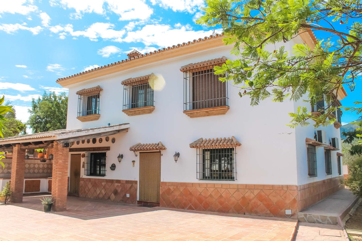 Equestrian Finca for sale in Alhaurin de la Torre!   This large country estate is located on the Gua,Spain
