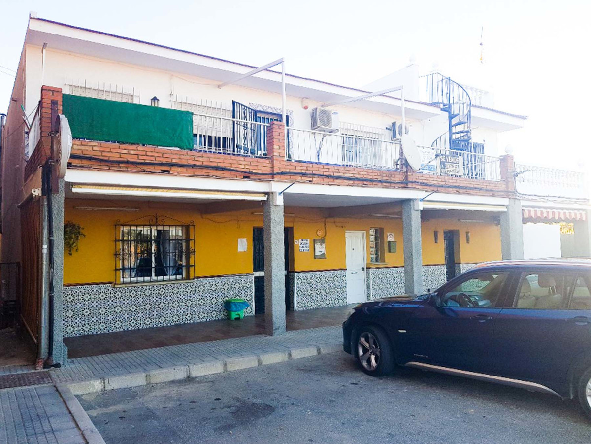 Unique opportunity to purchase 2 apartments and a bar in a busy area of Alhaurin de la Torre. The fi,Spain