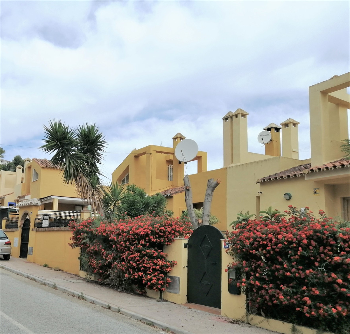 Situated on the very edge of the sought after Sierrazuela urbanisation, within minutes of local rest,Spain