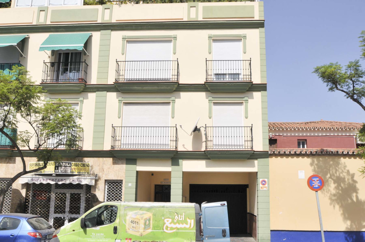Location! Location! Location! Fantastic 2 bedroom 2 bathroom 2nd floor apartment located in the hear, Spain