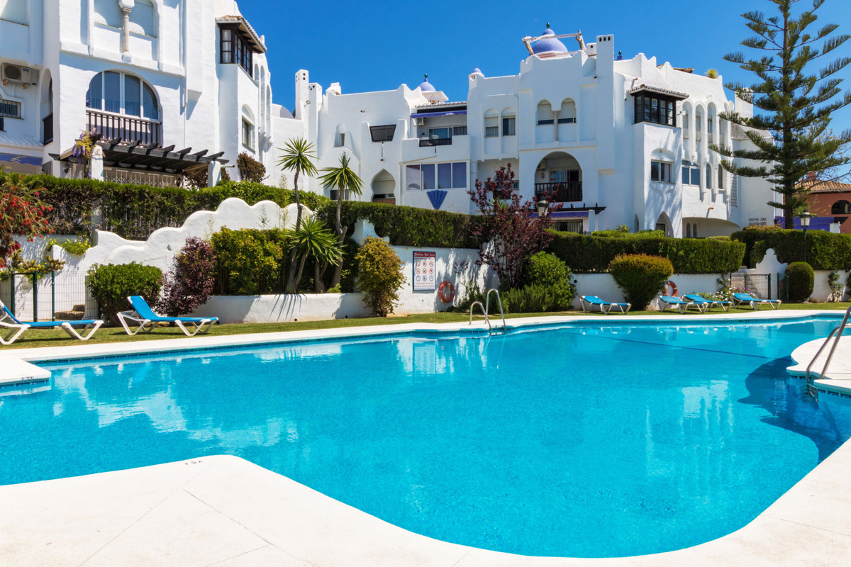 Ideally located, fantastic studio in lower Calahonda. Second floor with elevator. Completely refurbi,Spain