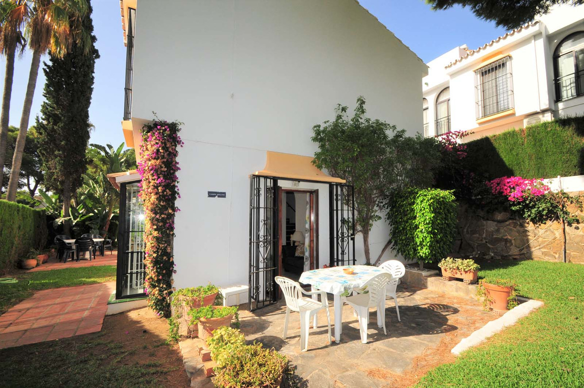 This lovely corner townhouse is located in a beautiful and peaceful community in the lower part of C, Spain
