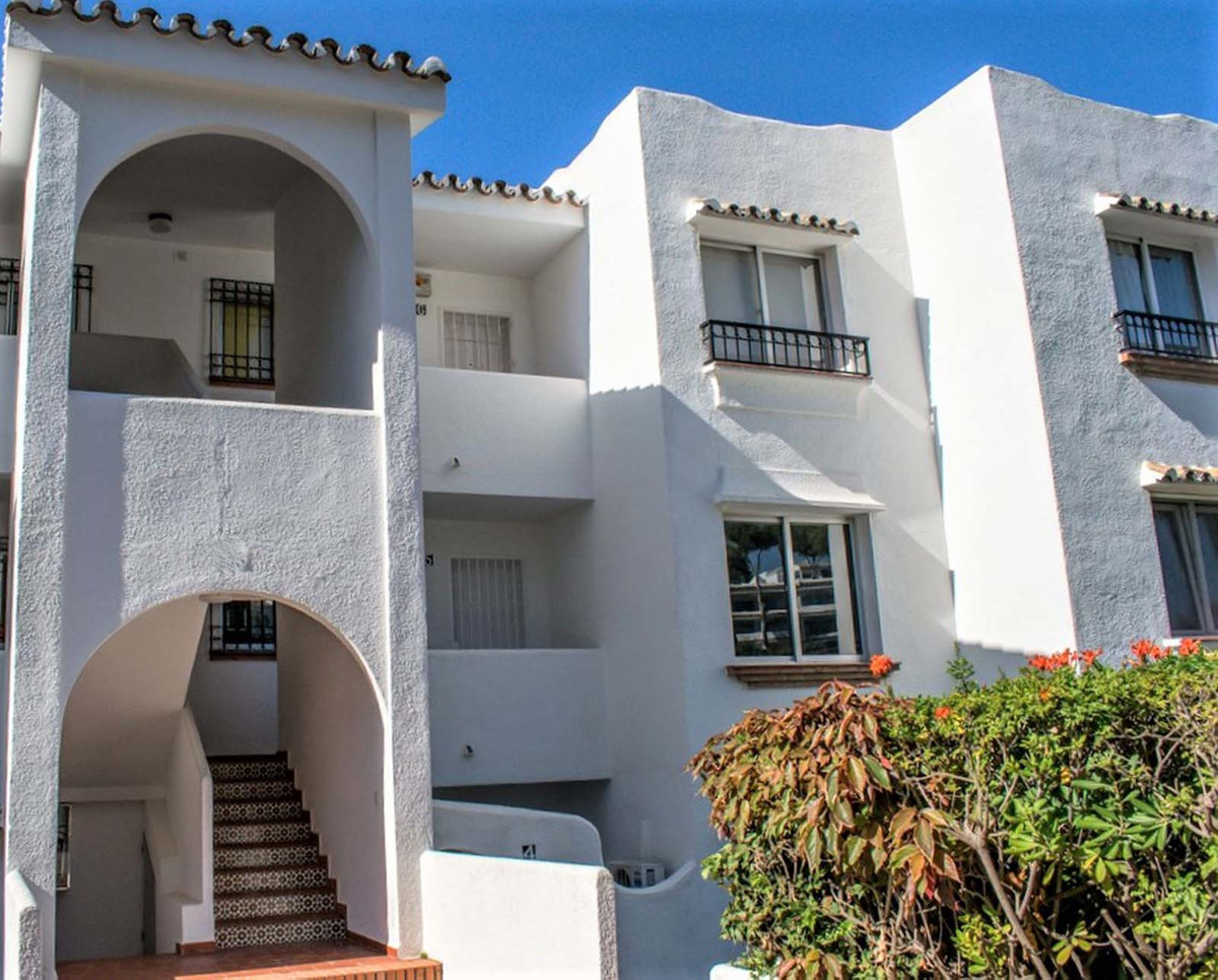 Beautifully reformed 2 bedroom apartment in one of the best areas in Miraflores for sale. Close to t,Spain